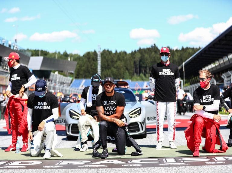 Pilotos de Fórmula Uno clavan la rodilla antes del Gran Premio de Austria
