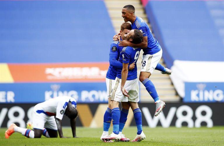 Leicester y Manchester United cumplen y amenazan al Chelsea