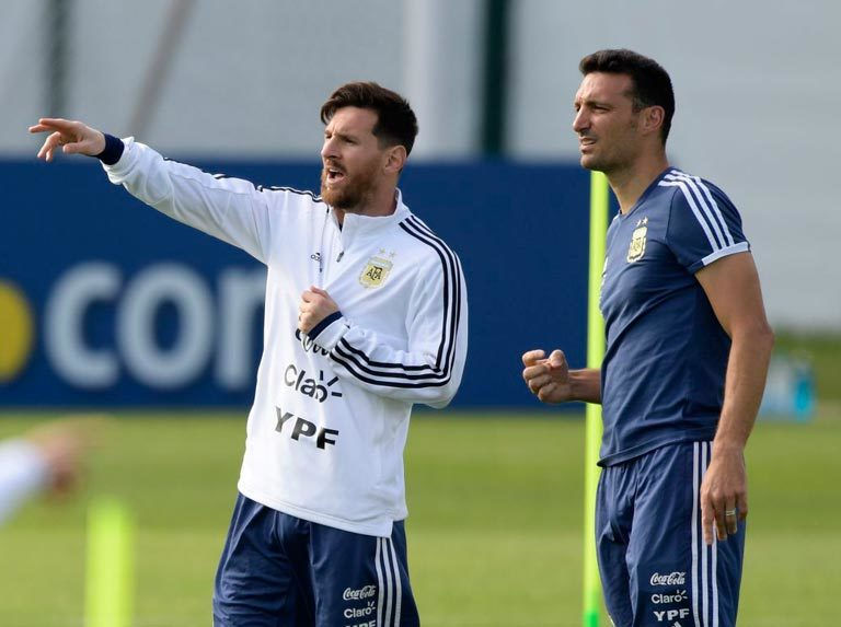 """Scaloni: """"Messi está bien y cuando está con nosotros está todavía mejor"""""""