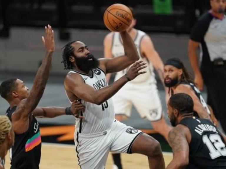 Harden comandó a los Nets con triple figura